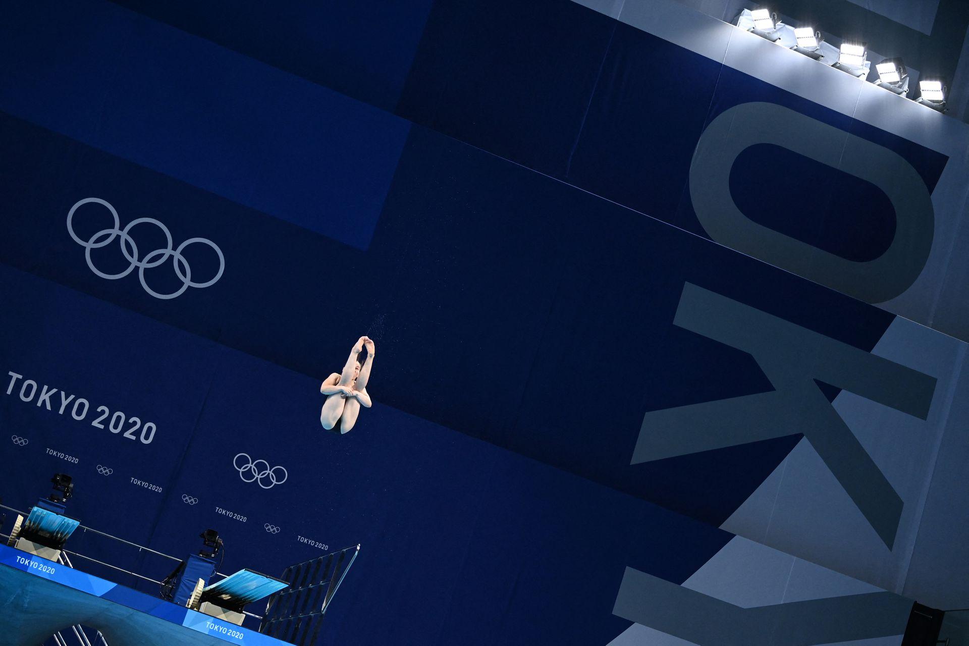 Ng Yan Yee de Malasia compite en la ronda preliminar del evento de salto de trampolín de 3 metros femenino.