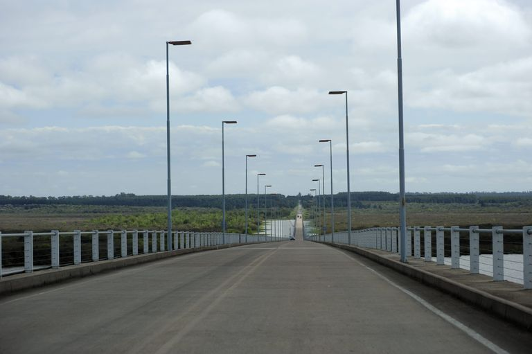 Puente que une Gualeguachu con Fray Bentos, en Uruguay