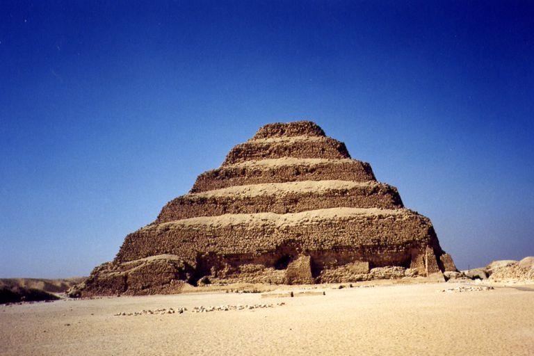 La primera pirámide escalonada y la más famosa es la del faraón Zoser