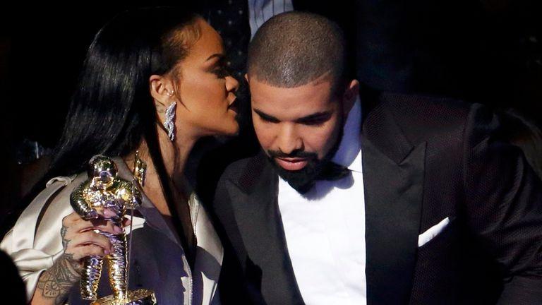 Al bajar del escenario, Rihanna le dijo algo al oído a su enamorado... ¿qué le habrá dicho?
