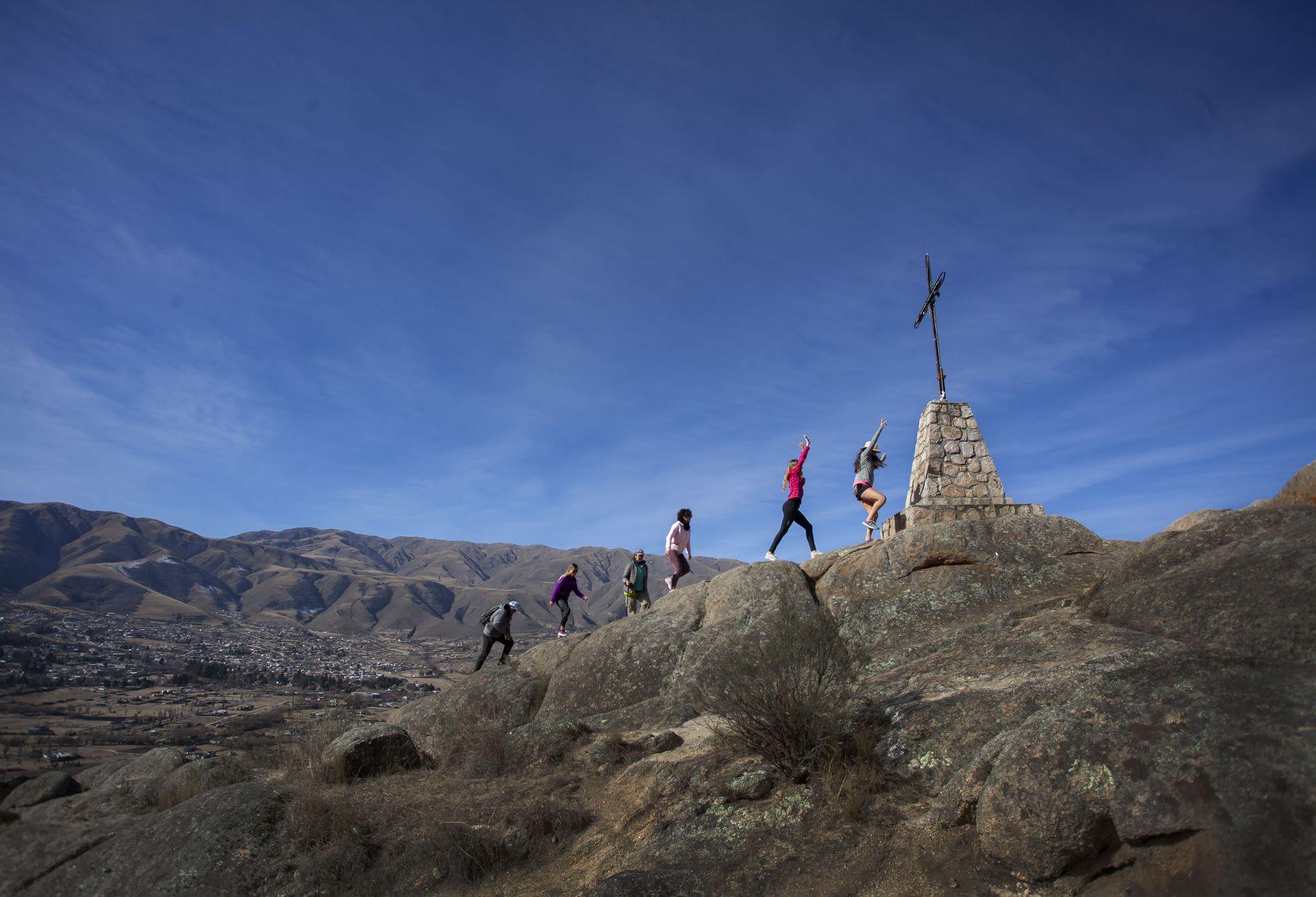 Ascenso al Cerro de la Cruz, uno de los trekkings para hacer por los alrededores a Tafí