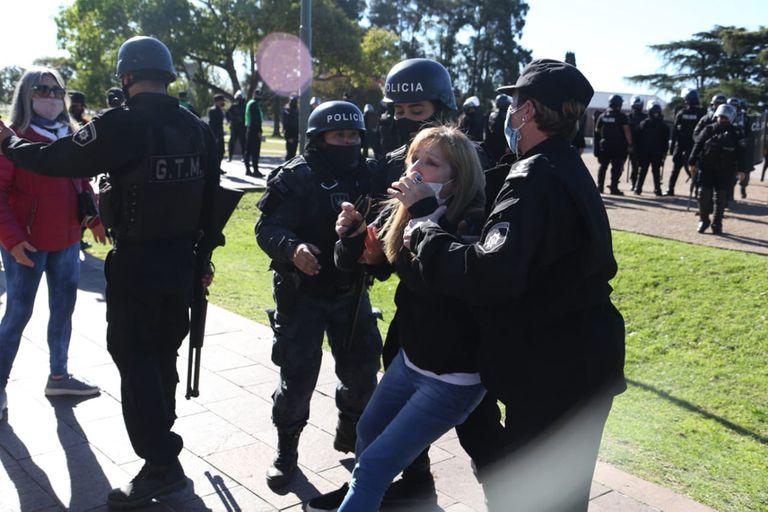 Detienen a manifestantes en el Monumento a la Bandera en Rosario