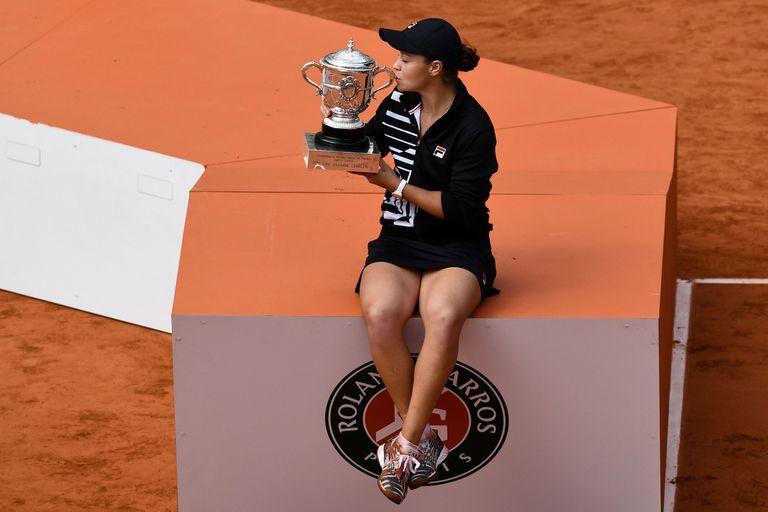Australias Ashleigh Barty kisses the trophy Suzanne Lenglen after winning against Czech Republics Marketa Vondrousova at the end of the womens singles final match on day fourteen of The Roland Garros 2019 French Open tennis tournament in Paris on June 8, 2019. (Photo by Philippe LOPEZ / AFP)