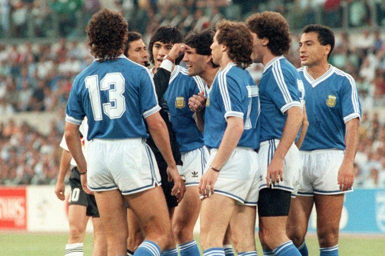Codesal es rodeado por el grupo de jugadores argentinos en la final. La polémica continúa 30 años después