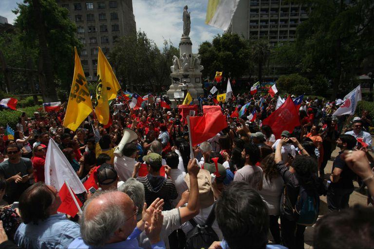 Manifestantes exigen reformas sociales en Chile por el alto costo de la vida y la desigualdad social.