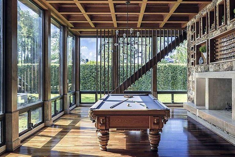Mesa de pool, chimenea y mucha iluminación; los principales atractivos de la sala de estar