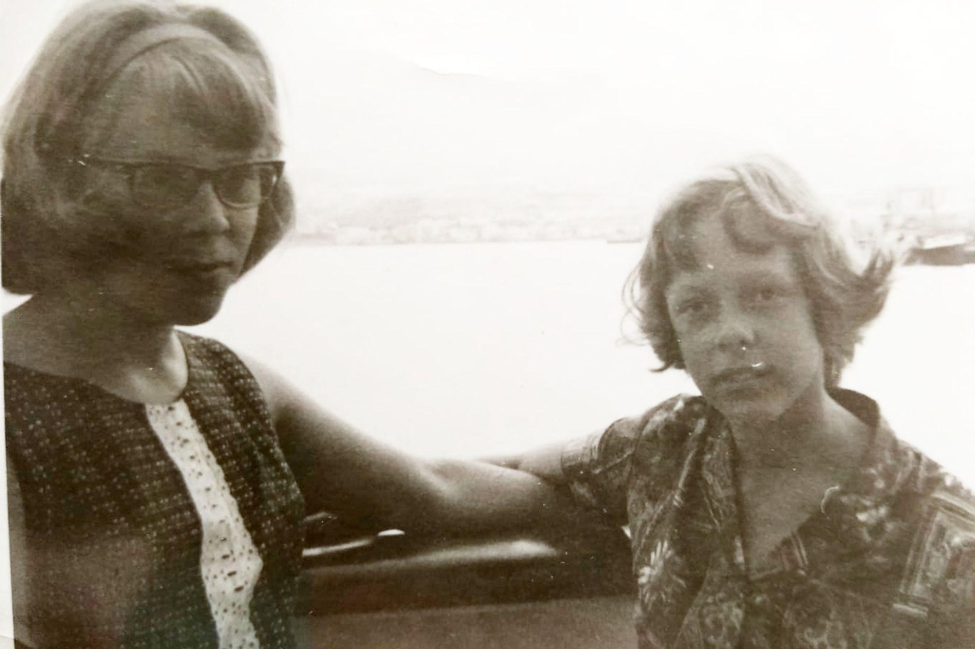 Las hermanas Lunkka en el barco de carga que las llevaría a la Argentina por primera vez. Junto a sus padres, eran los únicos pasajeros que acompañaron al capitán y sus marineros.
