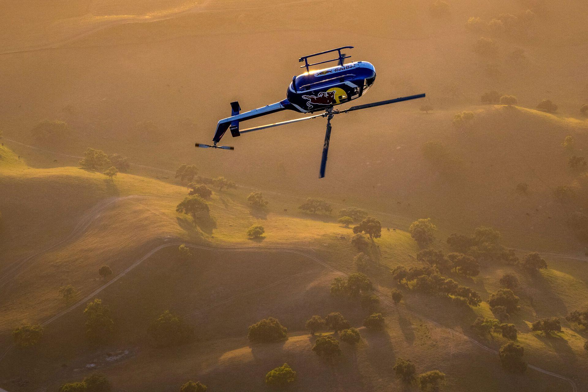 Aaron Fitzgerald hace su espectáculo de acrobacias aéreas en helicóptero