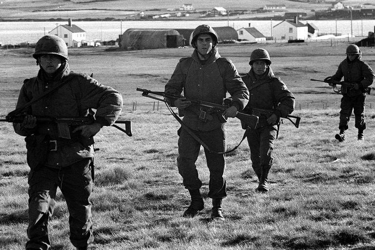 Soldados argentinos patrullan las islas durante la guerra de Malvinas