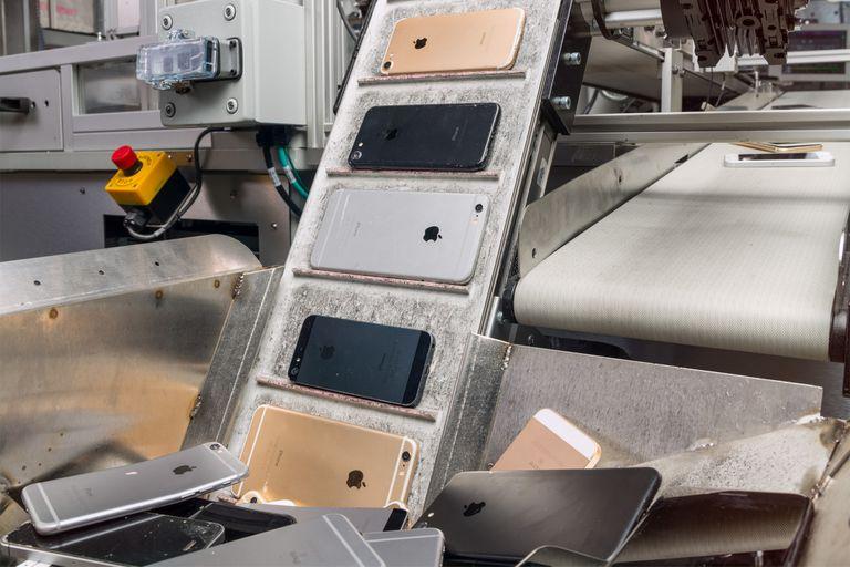 Una vista del sistema automatizado de Apple para recuperar partes de viejos teléfonos iPhone. La compañía estadounidense demanda a una recicladora que revendió dispositivos usados sin autorización de Apple