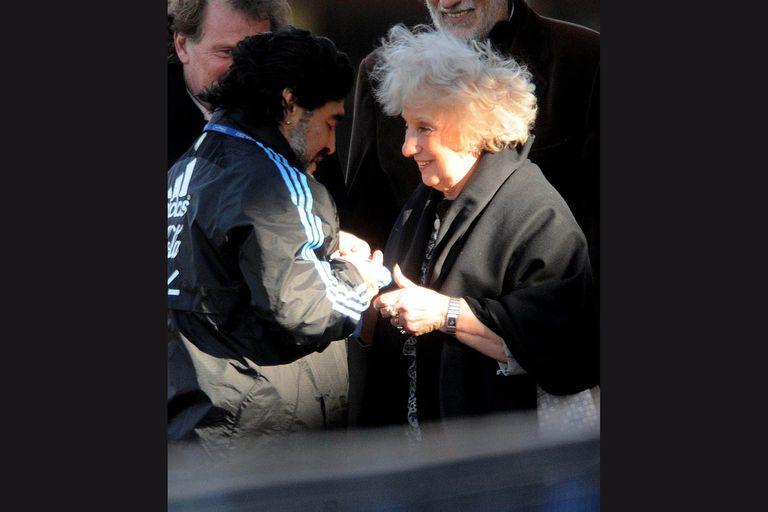 15/06/2010: la titular de Abuelas de Plaza de Mayo, Estela de Carlotto, visitó al plantel del seleccionado argentino en la ciudad de Pretoria en Sudáfrica