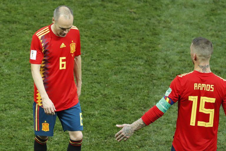 Después de 131 partidos, Iniesta le dice adiós a España; lo saluda Sergio Ramos