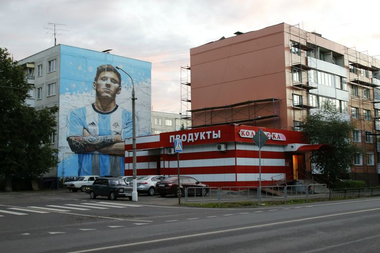 La gigantografía de Messi decora el acceso al cuartel de la selección en Bronnitsy