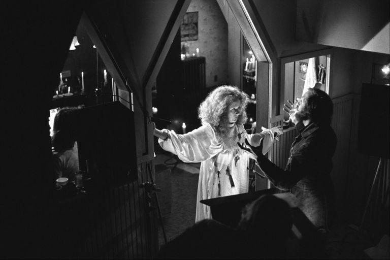 De Palma da indicaciones a Piper Laurie, quien interpreta a la madre de Carrie.