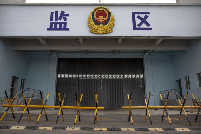 Barricadas frente al ingreso al Centro de Detención Nro. 3 de Urumqi en China, en foto del 23 de abril del 2021. (AP Photo/Mark Schiefelbein)