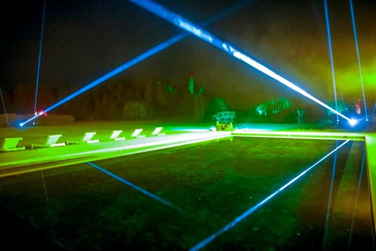 Naturaleza y rayos láser: más que una exposición, una experiencia sensorial en la isla El Descanso, entre esculturas reales y virtuales