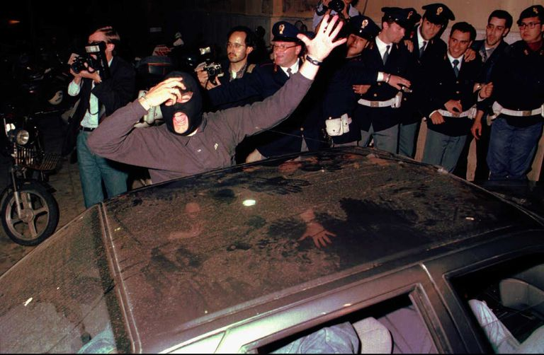 Policías festejan la detención de Brusca en Palermo, en 1996