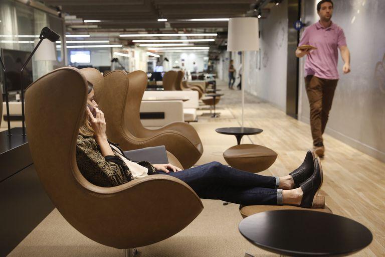 El diseño de los espacios de trabajo tiene una influencia psicoemocional en las personas; el poder de las ventanas, los colores y las plantas