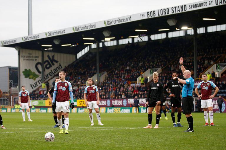 ¿Penal u offside? Una situación insólita se produjo entre Burnley y Barnsley en la FA Cup, a instancias del VAR.