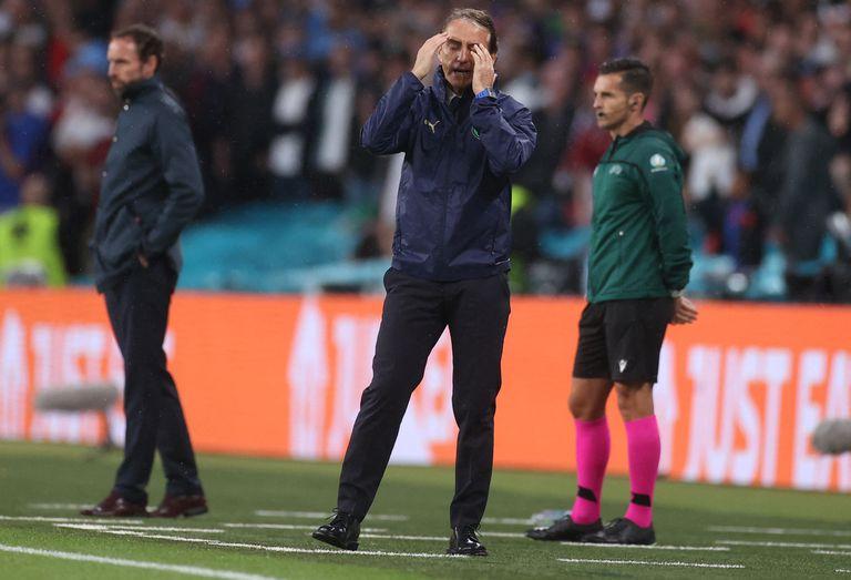 El entrenador de Italia, Roberto Mancini (C), hace un gesto mientras reacciona desde la línea de banda durante el partido de fútbol final de la UEFA EURO 2020 entre Italia e Inglaterra en el estadio de Wembley en Londres el 11 de julio de 2021.