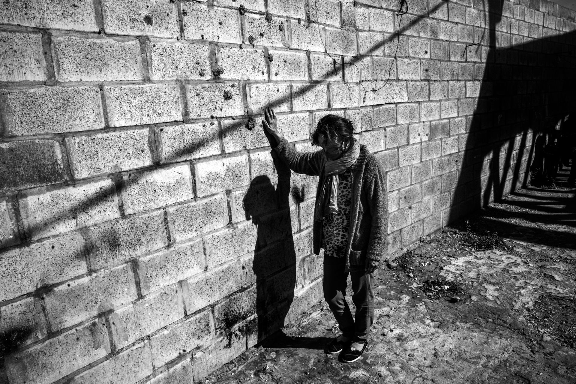 """Lorenza Martínes tiene 60 años y raíces guaraníes. Vive en la casa 215, manzana 12. Resiste el desalojo en plena cuarentena: """"¿Dónde están mis derechos, dónde está la ley? Ellos, los del Gobierno, creen que porque somos pobres queremos plata. Yo no pido plata, lo que no quiero es quedar en la calle."""