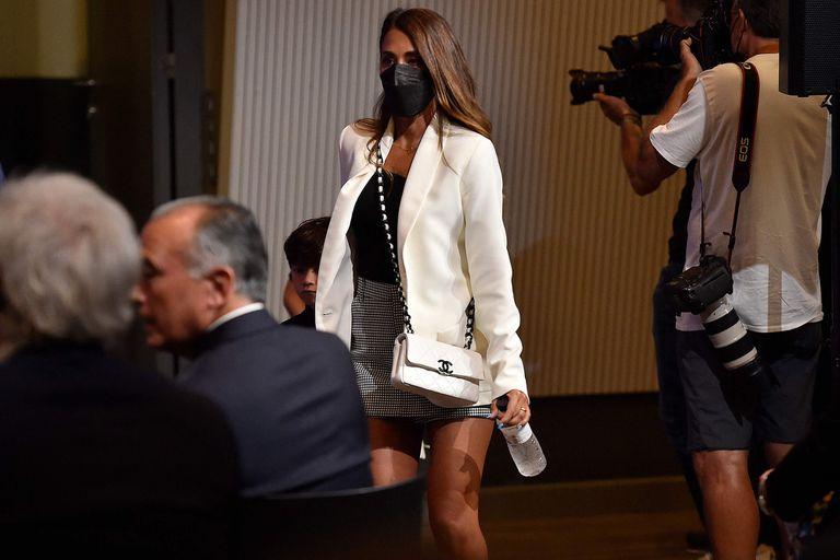 Antonela Roccuzzo, esposa de Lionel Messi, en el auditorio de Barcelona para la despedida