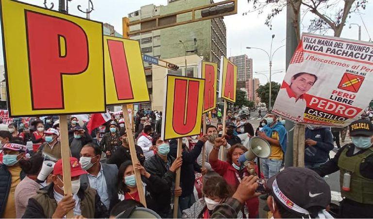 Simpatizantes del partido político Perú Libre viajan hasta Lima para respaldar a Pedro Castillo el 15 de junio de 2021