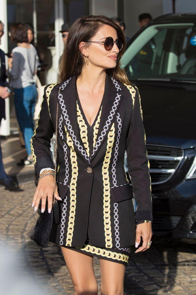 El jueves 16, llegó al festival con un look ochentoso de Elie Saab, compuesto por un minivestido al cuerpo y un blazer.