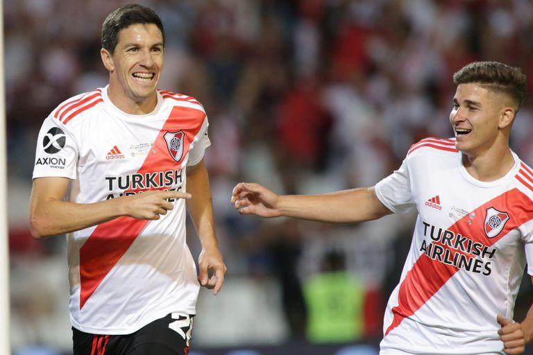 Nacho Fernández celebra su gol con Julián Álvarez