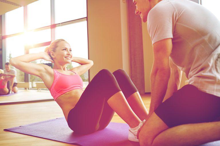 El sit up, o abdominales largos, se realiza con las piernas flexionadas elevando y bajando todo el torso