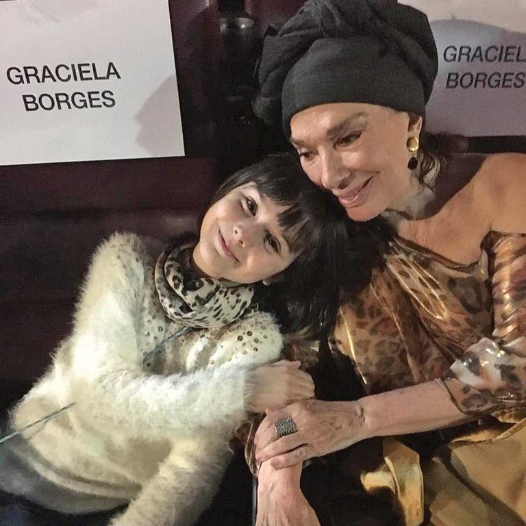 Junto a su abuela Graciela Borges, en la première de su última película, El cuento de las comadrejas