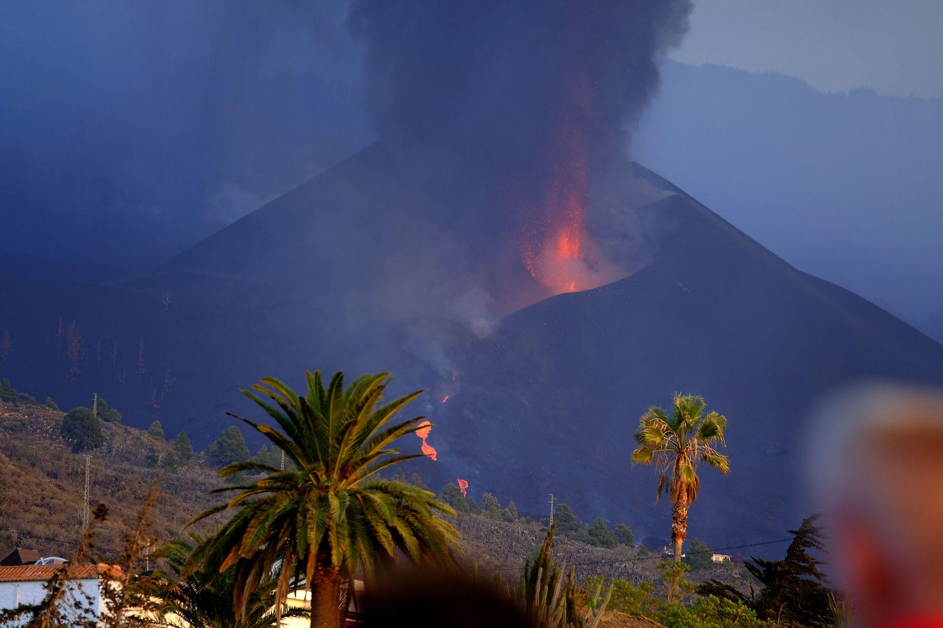 La lava fluye del volcán Cumbre Vieja después del colapso del flanco norte del cono volcánico
