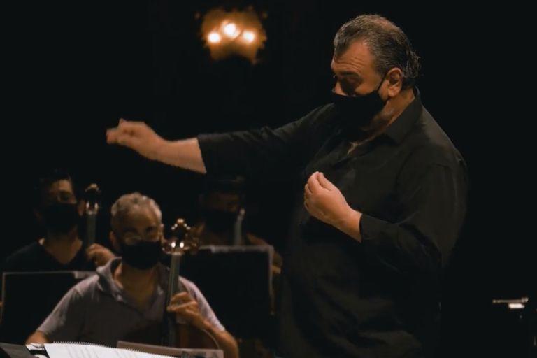 El director Luis Gorelik junto a músicos de la Orquesta Estable del Teatro Colón, en el ensayo general de Piazzolla100