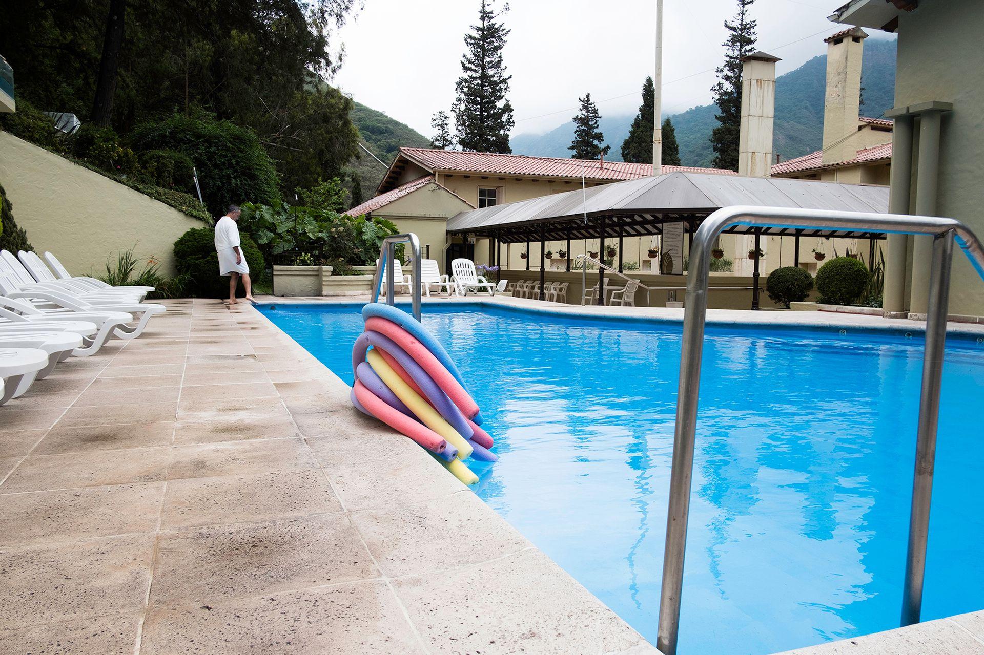 Piscina exterior del hotel Termas de Reyes. También tiene aguas termales.