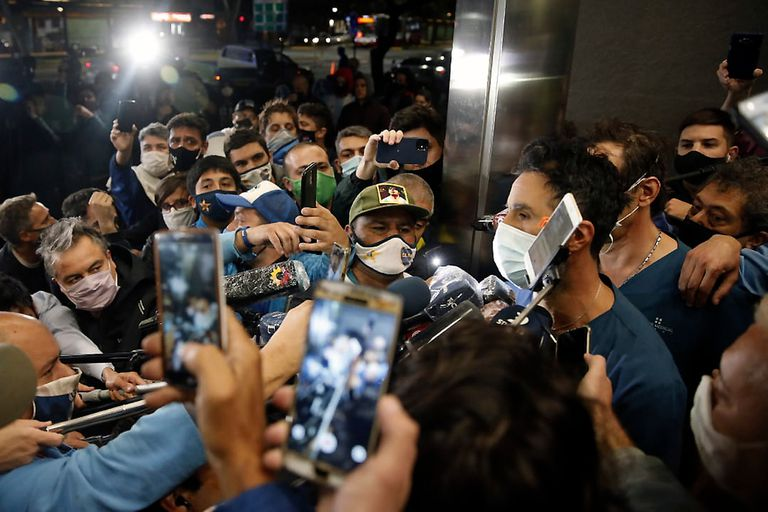 Luque tiene la palabra, rodeado de fanáticos y periodistas... sin distancia social