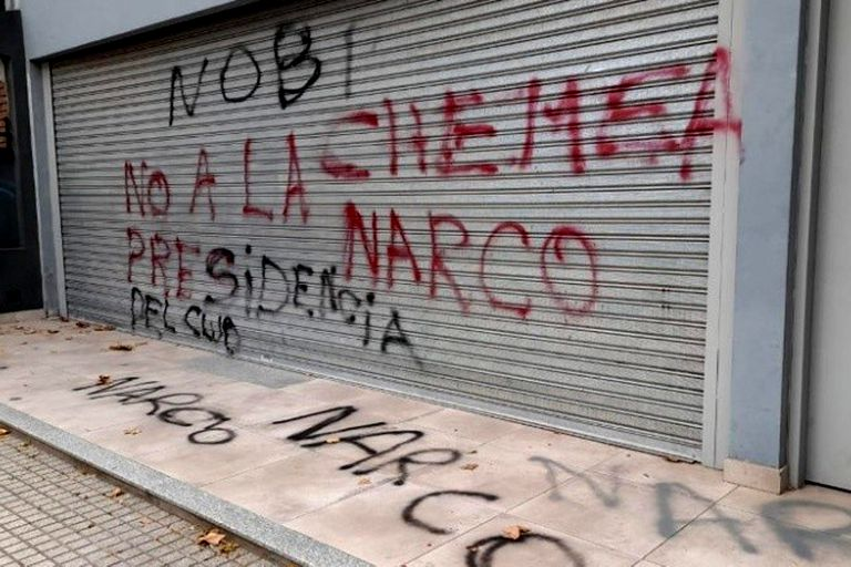 El comercio de un dirigente de Newell's fue vandalizado con pintadas en rechazo al jefe de la barra, vinculado con Los Monos