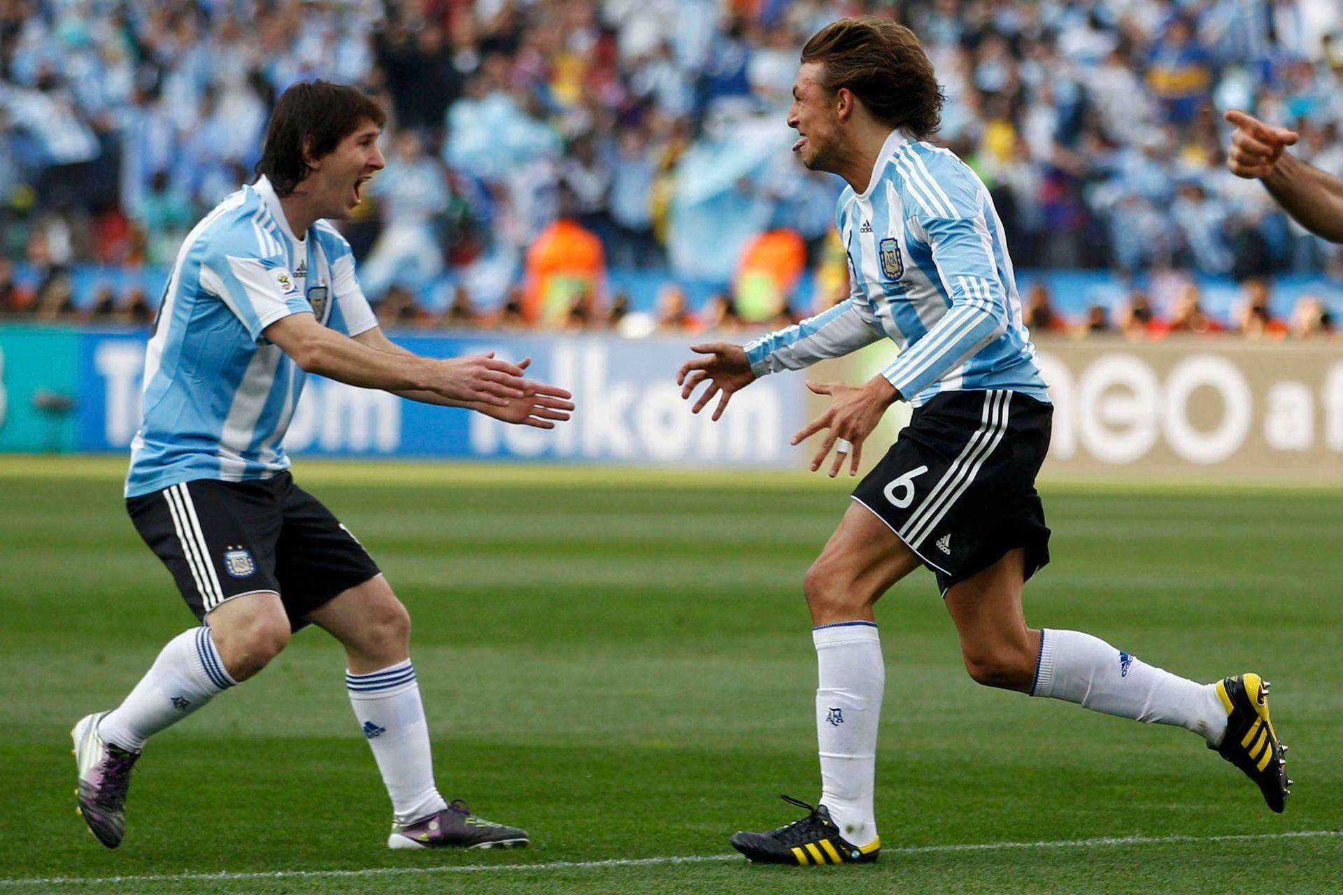 Cinco años, entre 2005 y 2010, compartieron Messi y Heinze en la selección, y en ese ciclo, jugaron dos Copas del Mundo: Alemania y Sudáfrica; siempre tuvieron una muy buena relación y hoy se mantienen en contacto a través de mensajes