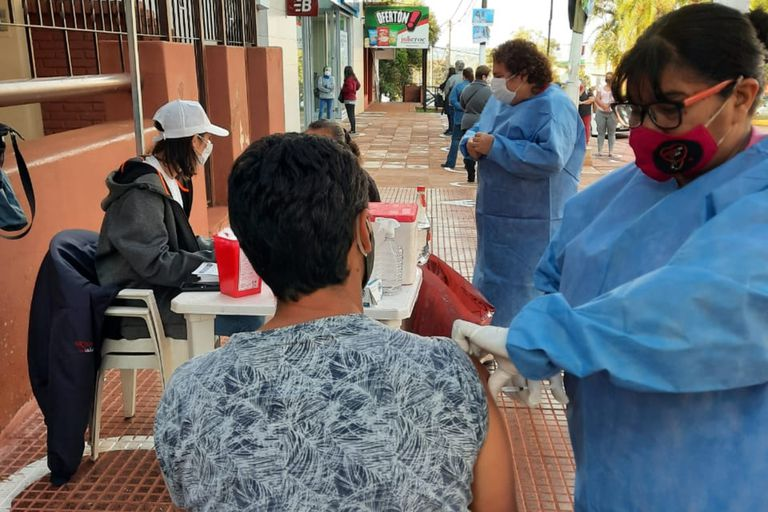 Covid. Misiones vacuna a mayores de 40 y rastrea en las calles a los que faltan