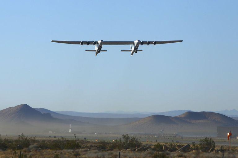 El avión más grande del mundo voló ayer por segunda vez; el primer vuelo del Stratolaunch, diseñado para llevar un vehículo que desde el aire accederá a la órbita terrestre, fue en 2019