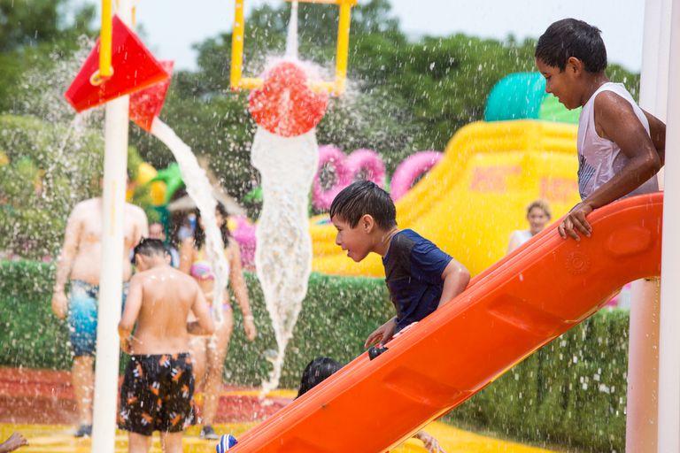 Los chicos apuestan a refrescarse en los juegos acuáticos