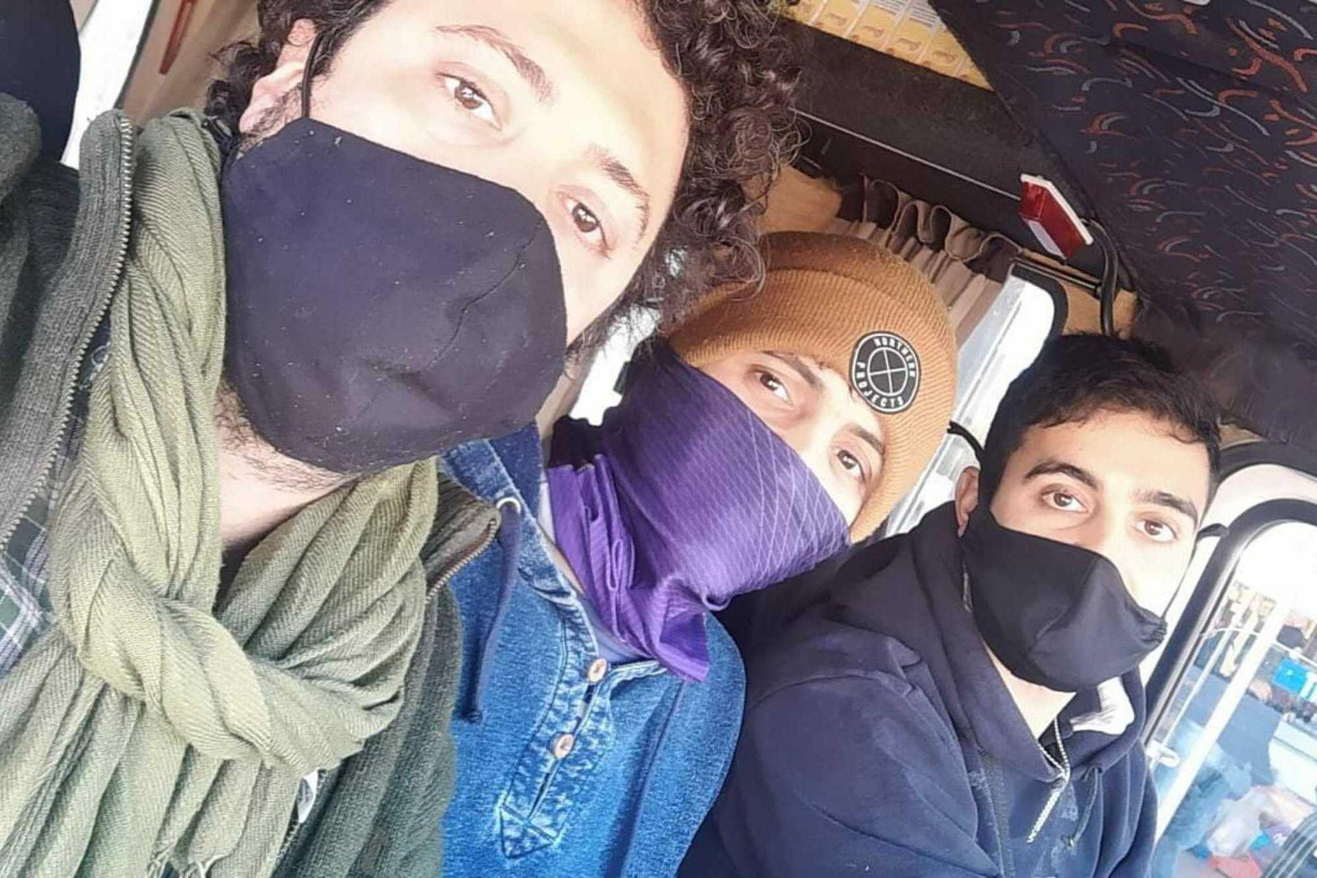 Ignacio, Mateo y Wenceslao Bozikovich vendieron su auto y compraron una camioneta para poder desarrollar su emprendimiento de distribución de alimentos en Chovet