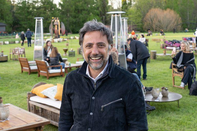 Claudio Stamato, fundador de El Descanso, junto a los livings montados en el terreno de 40 hectáreas