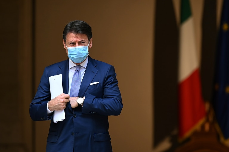 El primer ministro de Italia, Giuseppe Conte, con una mascarilla protectora, llega a una conferencia de prensa sobre las medidas recientemente adoptadas para luchar contra la propagación del Covid-19, en el patio del Palacio Chigi, en Roma, el 25 de octubre de 2020