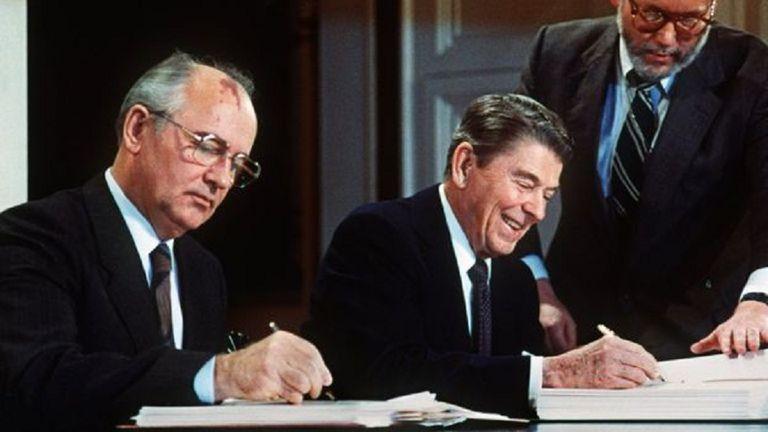 Mikhail Gorbachov y Ronald Reagan, en la firma de uno de sus acuerdos
