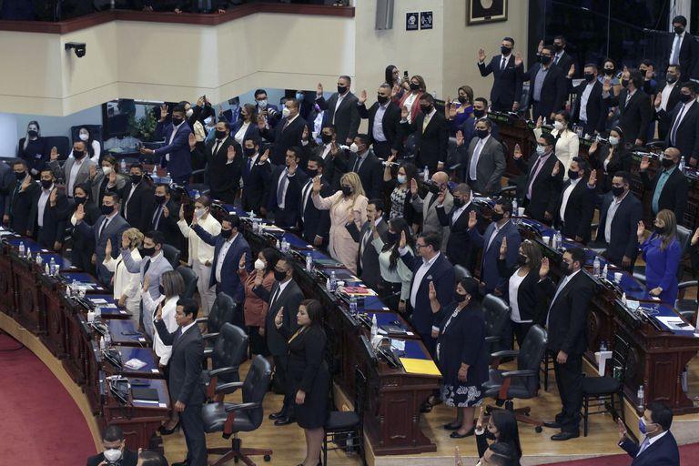 La nueva asamblea legislativa de El Salvador, controlada por el partido Nuevas Ideas del presidente Bukele destituyó el sábado a la noche a los magistrados de la Sala Constitucional de la Corte Suprema de Justicia