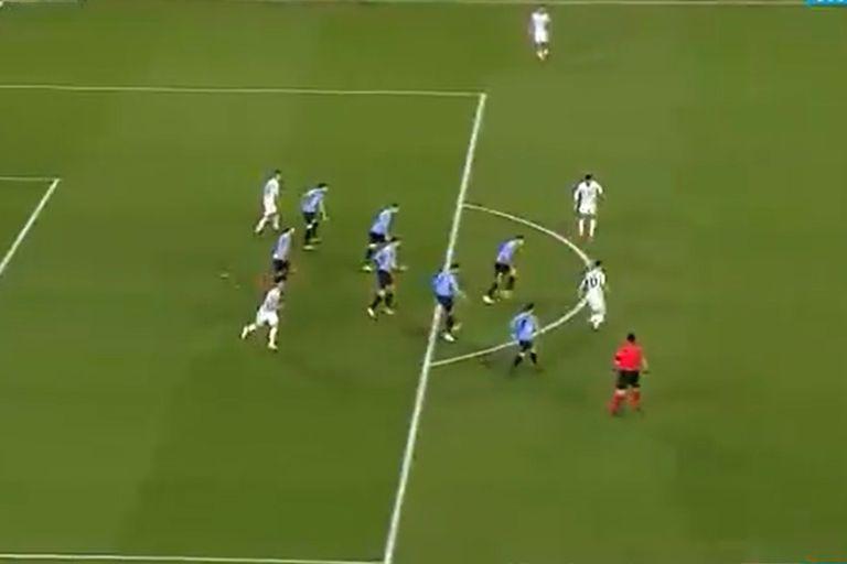 """Messi maneja la pelota en la medialuna; detrás, siete uruguayos atentos a lo que hace el """"10"""" de la Argentina"""