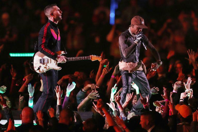 ADam Levine, cantante de Maroon 5, y el rapero Travis Scott, durante el show del entretiempo del Super Bowl LIII en el Mercedes-Benz Stadium