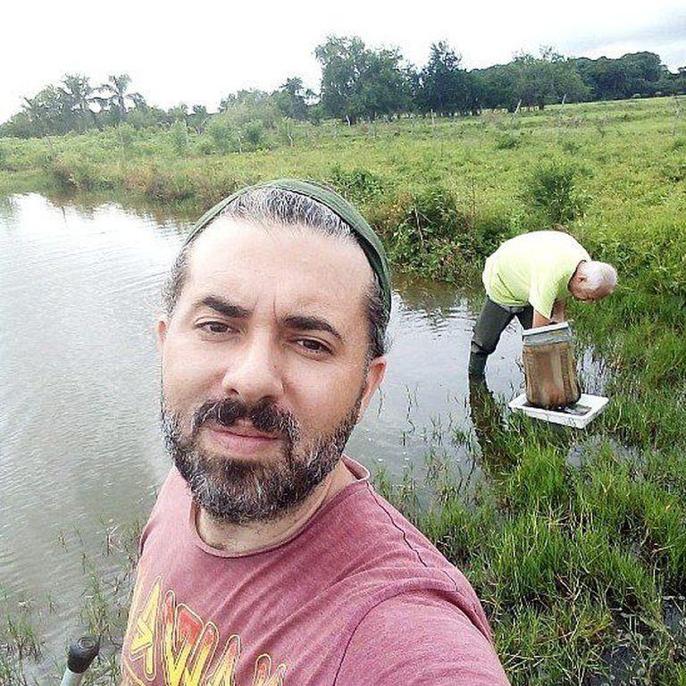 El entomólogo Pedro M. Alarcón-Elbal y sus colegas realizaron el hallazgo inesperado del Ae. vittatus en República Dominicana. Al fondo se ve al Dr. Juan Rueda