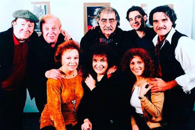 Zanca rodeada de otros grandes del teatro argentino: Ulises Dumont, Pepe Soriano, Juan Carlos Gené, Fabián Vena, Lito Cruz, María Rosa Gallo y Cipe Lincovsky