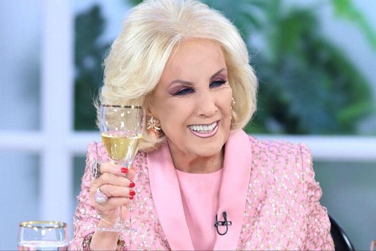 El diseñador Claudio Cozano dio detalles del vestido que Mirtha Legrand lucirá el sábado en su regreso a la TV